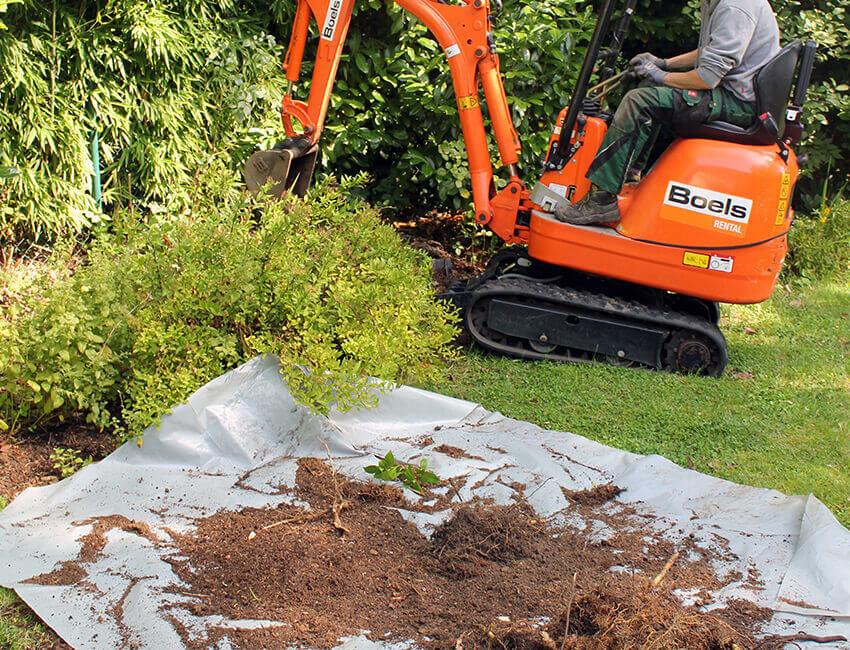 Erdarbeiten mit Bagger in einem Garten
