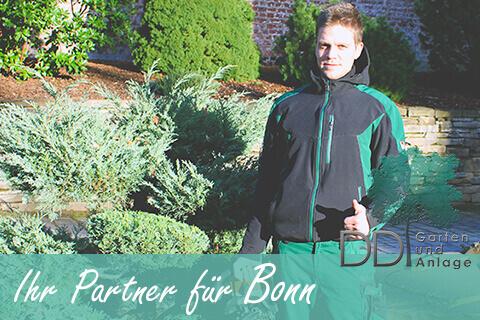 Garten und Landschaftsbauer steht in einem Garten in Bonn, Schirfttzug Ihr Partner für Bonn